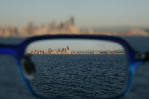 Refraction_through_glasses_090306